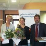 Bürgermeisterin der Stadt Merseburg,  Dr. Barbara Kaaden, und Rektor der Hochschule Merseburg, Prof. Jörg Kirbs, überreichen das Deutschlandstipendium an Hanka Haschke