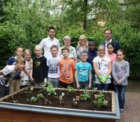 Ein Hingucker im Schulgarten ist das PflanzenWelten-Hochbeet