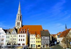 Burgfrau Angela und Zofe Ilka laden in die Neumarktkirche ein
