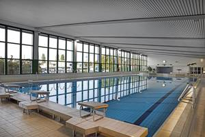 Das Bild zeigt das Schwimmbecken der Schwimmhalle.