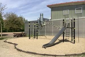 """Auf dem Bild sehen Sie die teils abgeschlossenen Baumaßnahmen an der Turnhalle der Grundschule """"Im Rosental""""."""