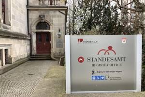 Auf dem Bild sieht man den Eingang des Merseburger Standesamtes im Ständehaus.