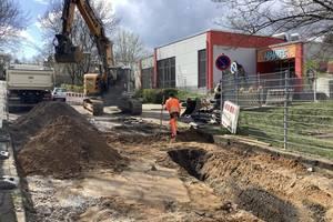 Auf dem Bild sehen Sie die Bauarbeiten in der Straße Am Saalehang.
