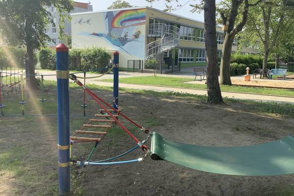 """Auf dem Bild sehen Sie die erneuerten Spielanlagen und den Außenbereich der Kita """"Unterm Regenbogen""""."""