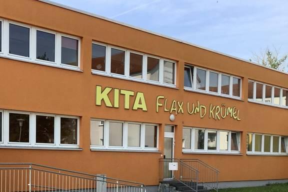 """Auf dem Bild sehen Sie die Außenansicht des Gebäudes der Kita """"Flax und Krümel"""" in Merseburg."""